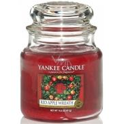 Yankee Candle Red Apple Wreath - Věnec z červených jablíček vonná svíčka Classic malá sklo 104 g