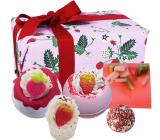 Bomb Cosmetics Plná jahôd - Strawberry Feels Forever šumivý balistik do kúpeľa 2 x 160 g + maslová gulička 30 g + maslový špalíček do kúpeľa 50 g + glycerínové mydlo 100 g, kozmetická sada