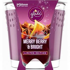 Glade Merry Berry & Bright s vôňou merlotu, lesných plodov a korenia vonná sviečka v skle, doba horenia až 32 hodín 129 g